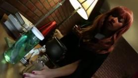 Pequeña universitaria de piel clara tomando dos grandes pollas negras en su coño