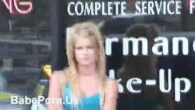 MILF y lesbianas adolescentes besándose y tocándose los coños