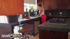 Nude Maid Cop Hija Lavándose Bajo Sementales Baratos Con Máscara