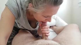 MILF en lencería sexy se desnuda