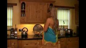 Una mujer ase cemen con un rocimo