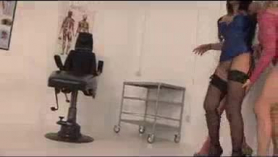 Lana Carly monta una polla enorme en un trío