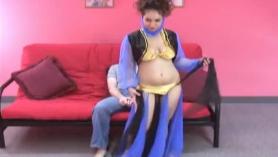 Mamá árabe peluda sexy prepara a una nena atacada en una tienda para follar su coño jugoso