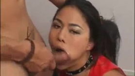 Chica asiática con pantimedias de plástico dispara un rapidito
