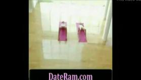 Chica cachonda en sari rojo se frota el coño