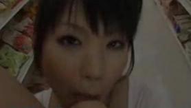 Colegiala adolescente japonesa recibe sus tetas de peluche