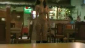 Camarera BBW local chupa una botella