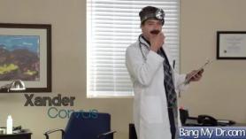Tety Glam Doctor Cat Dee en las esposas de lencería y el paciente humillante Eva Angelina en posición de pie y luego el anal le folla con juguetes sexuales