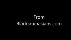 Puta adolescente negra flaca folla a las pollas blancas y negras y se pone facial