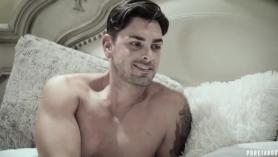 Hot Russian Babe Rouge recibe placer de Shaved Plump Pussy of Teen Nencie Shona Twain en su cama en la sala de estar