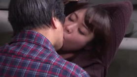 Hija compartir padre con hija rubia caliente