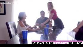 Brandi Belle se folla su coño con juguetes