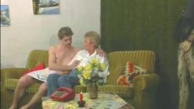 Chica intenta el sexo lésbico rizado después de chupar la polla