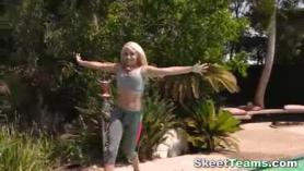 Big Booty Blonde en Thong se masturba su coño en la masturbación de la webcam