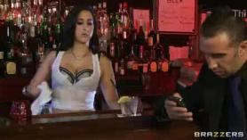 BRAVE FEMENINO BARTENDERS PIERDE SU PUCHO PROFUCTADO DURO PARA EL MANTENIMIENTO DE FARE Cuando el cliente se va por la noche