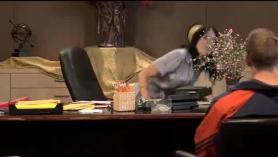 Secretaria cachonda en lencería sexy se folla a su jefe