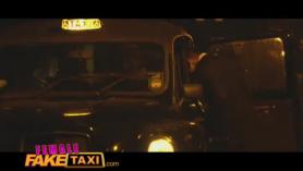 El pasajero tetona taxi de taxi femenino yacía en la vuelta y sigue follando.