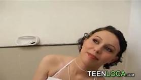 La puta rubia de 18 años se la follan en todos sus agujeros salvajes