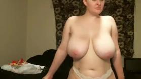 Babe rubia con el estómago redondo Lisey dulce le encanta obtener sus agujeros golpeados por dos polos gruesos. Esta muñeca gorda le gusta las imágenes de sexo en bruto.