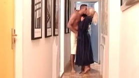 Big Tit Blonde Milf Mona Wales obtiene una gruesa polla negra en su culo