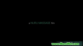 Lindo masaje de nurú y sospechador con enfoque y una niña tetona