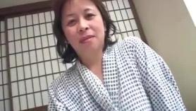 Una puta asiática mayor con coño afeitado le gusta follar a las niñas adolescentes lesbianas