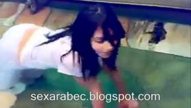 Árabe follando a su novia adolescente mientras observa por la niña persuasiva