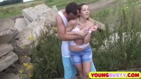 Hottie adolescente tetona natural joven comparte una gran polla POV