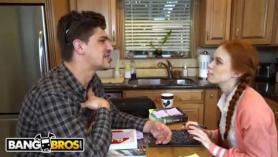 Dos adolescentes pelirrojos Reagan Foxx y Jelena Jensen propusieron Stepbro para acariciar su polla y follar con ellos.