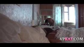Morena se despierta en su cama desnuda