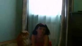 Linda adolescente juega con su apretado coño mojado