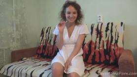 Morena desnudándose en una cama en lencería