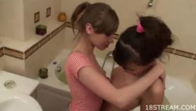 Lesbianas traviesas charlan en lencería y chupan unos a los demás coños