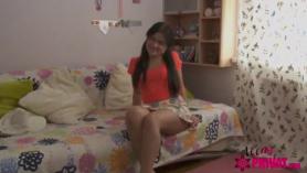 Concupiscentes adolescentes aficionados chokes en ambos lados de la mierda dura durante el sexo oral