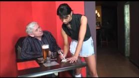 La criada ayuda al viejo amante a no ir a la cárcel