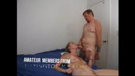 Esposa mamada disfruta de un trío satisfactorio con el maestro
