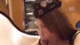 Su chica se folla a un perro de aislamiento en un bocadillo