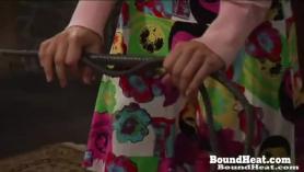 Delgada rubia esclava sumisa en un gran juguete bdsm sexo bdsm con los dedos en diferentes posiciones con nylon spandex