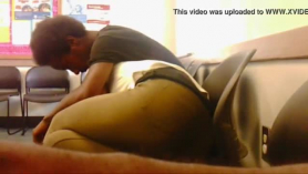 Hyphy Ass Ebony lo recibe por el culo y chupa la polla en el sofá