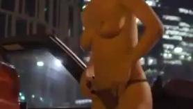 Pequeña belleza apretada en un striptease