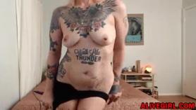 ¡La abuela milf tatuada engaña con su vecino para evitar a la policía y hace las tareas del hogar!