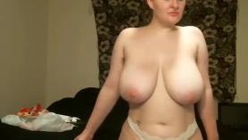 Morena de gran culo tiene un espectáculo de bienvenida y paja seductora