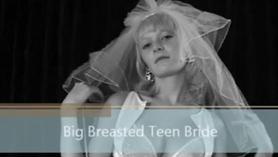 Adolescente inteligente de tetas pequeñas se folla a sí misma hasta un orgasmo profundo