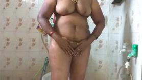 Chica tamil de tetas grandes mostrando un gran trasero de burbuja y hermosas tetas