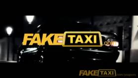 Poker Cab Driver se folla en secreto a la cuidadora disfruta recibiendo la mamada TIBOO