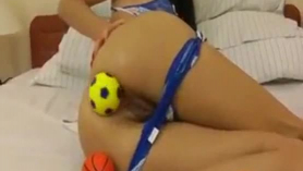 Grandes bolas muestran a la joven
