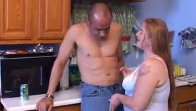 Facial pesado para Ron Prince de Damaris tocando a su gorda esposa en un destilado de licor
