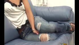 La rubia Gigi se masturba y envuelve su coñito peludo alrededor del pomo del coche. ¡De la mamada al orgasmo profundo!