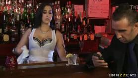 Bartender chupa a Charles diner con la lengua