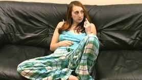 Tiffany se depila el trasero con cera en la cama
